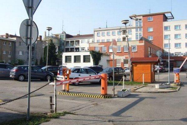 Na začiatku bývalého mestského parkoviska je osadená rampa. Každá začatá hodina parkovania stojí euro. V pozadí je hotel Zobor, bytovky sú vľavo. Autom sa k nim dá dostať len cez parkovisko. Súd rozhodol, že obyvatelia majú právo prejazdu.
