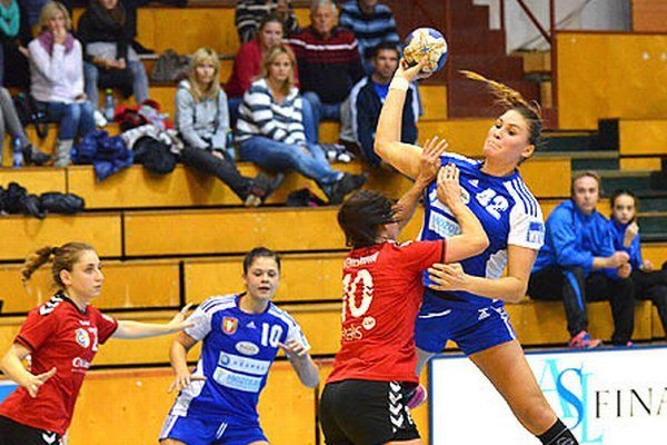 Zhodne 6 gólmi prispeli k výhre Šale nad ŠKP Karin Bujnochová (s loptou) a Katarína Pócsiková.