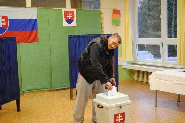 Volebné miestnosti zatvoria skôr. Voliť môžeme len do ôsmej večer.
