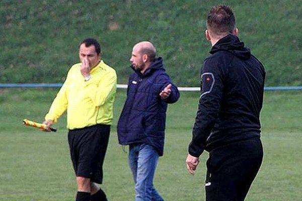Zľava hlavný rozhodca Provodovský, domáci tréner Matej Gála a hosťujúci hrajúci kouč René Kramár (otočený chrbtom).