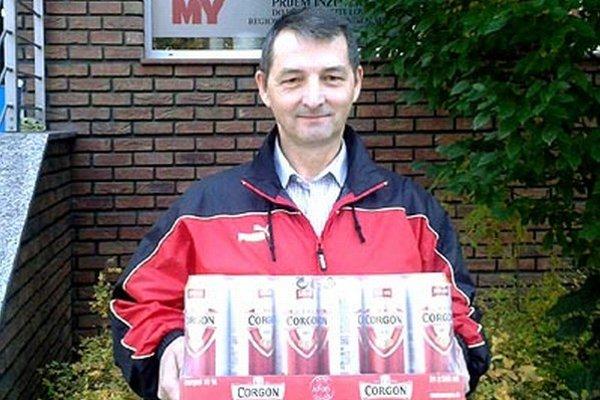 Víťaz 11. kola Ľubomír Turňa s kartónom piva Corgoň.
