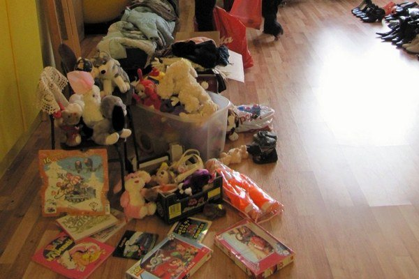 Oblečenie, hry a hračky.