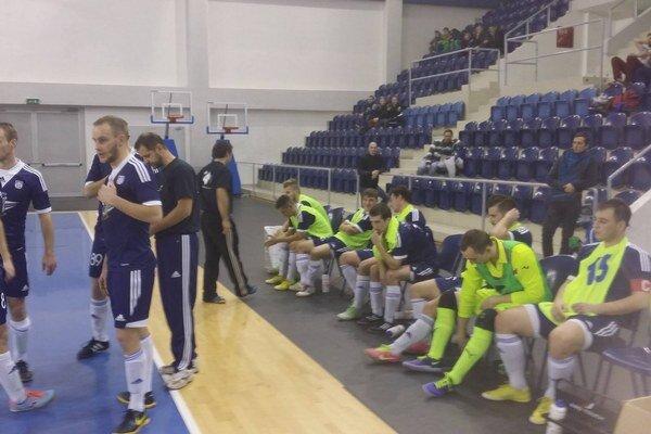 Popradská lavička počas súboja s Malackami.