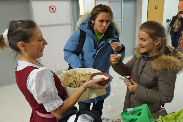 Vítanie hostí v hale popradského letiska.