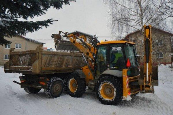 Sneh odpratávajú ťažké mechanizmy.