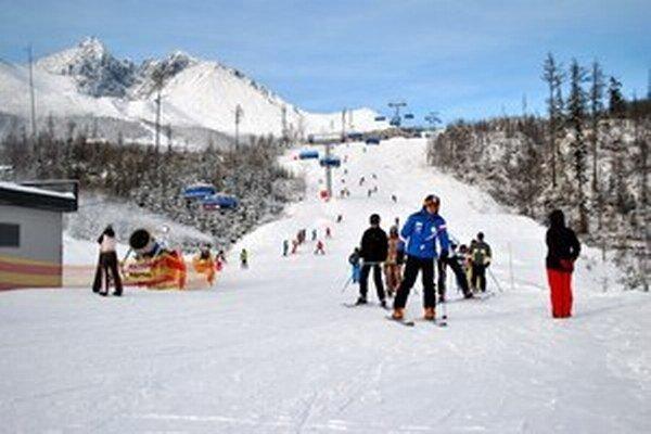 Na zjazdovkách v Tatrách je čoraz viac snehu, pribúdajú aj lyžiari.