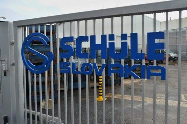 Na snímke nápis na bráne do areálu firmy Schüle Slovakia na Teplickej ulici v mestskej časti Popradu, Veľkej.