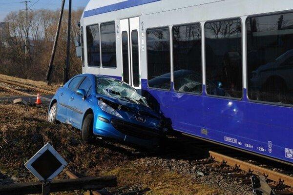 Na snímke nehoda osobného auta a osobného vlaku na železničnom priecestí neďaleko Kežmarku 5. marca 2015.