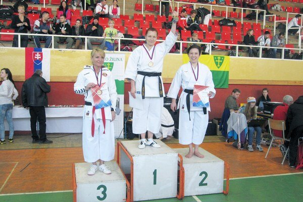 Medailistky z Popradu. Uprostred víťazná Bartková, vpravo druhá Glatzová.