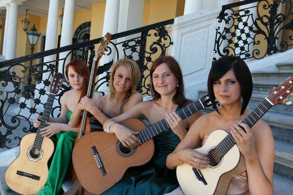 Dievčenské gitarové kvarteto GuitArtistas. V Poprade svoje umenie predvedie v piatok v Dome kultúry.