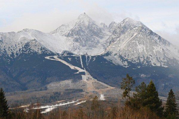 Buková hora pod Lomnickým štítom (v strede) v Tatranskej Lomnici vo Vysokých Tatrách. Snímka je z novembra.