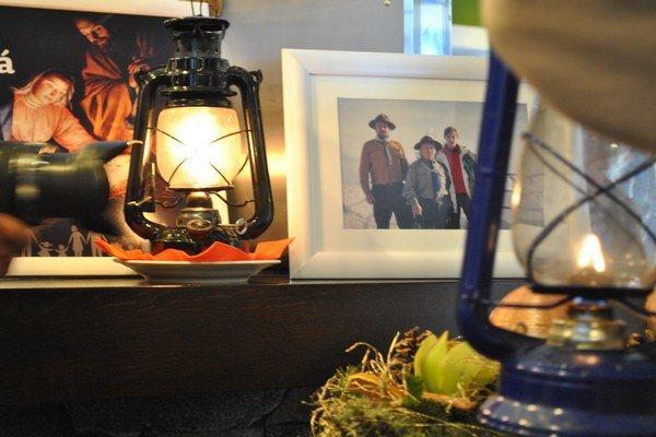 Na Lomnický štít betlehemské svetlo priniesli aj s fotografiou. Je na nej L. Olexa, ktorý prišiel s nápadom vynášať svetlo na štít.