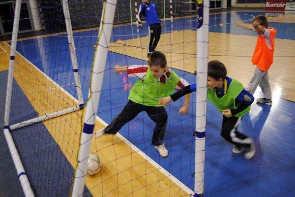 Najmenší hráči FK Poprad. V prestávke medzi zápasmi si zahrali futbal.