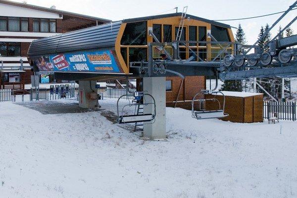 Sedačková lanovka vyvezie lyžiarov zo Štrbského Plesa na Solisko.