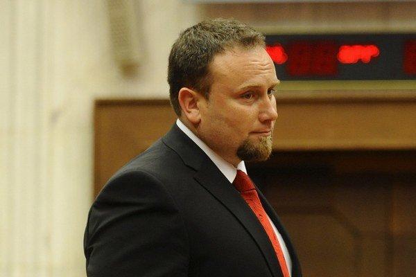 Okresný šéf Smeru v Poprade a poslanec NR SR Peter Šuca nevidí vo vylepovaní plagátov problém.