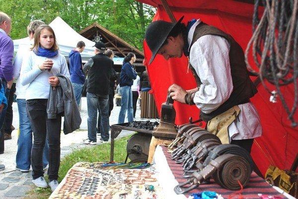 Pozornosť ľudí priťahovali aj stánky s remeselníkmiNajväčší rad bol pred kováčom.