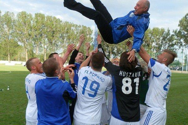 Oprávnená radosť. Juraj Kšenzakovič skončil nad hlavami hráčov.