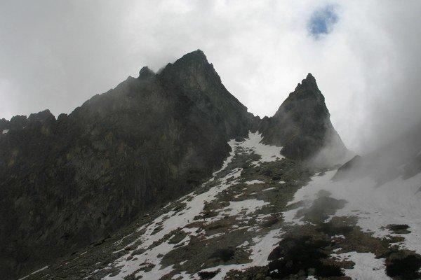 Prostredný hrot (vľavo) z Malej Studenej doliny.