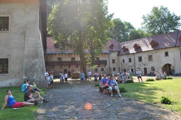 Diváci pri dobýjaní kláštora. Vďaka teplému počasiu a zaujímavému programu bol veľký záujem.