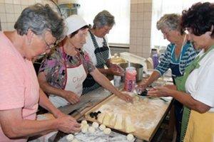 Členky Karpatskonemeckého spolku chystajú tradičné jedlá pri rôznych príležitostiach.