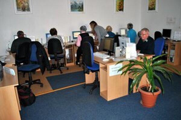 Počítačový kurz. Dôchodcovia sa pri počítači stretávajú každú stredu.