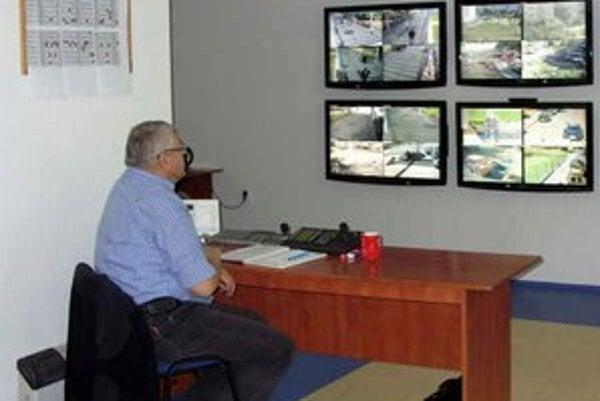Kamerový dohľad v Poprade. Zabezpečujú ho dvaja pracovníci chránenej dielne.
