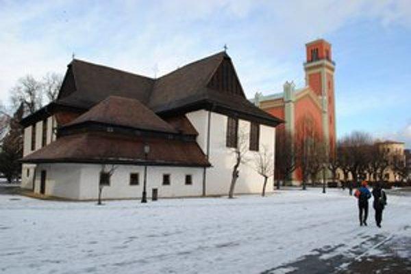 Kežmarský drevený kostol. Vrch jeho interiéru pripomína obrátenú provu lode a okná sú okrúhleho tvaru.