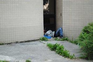 Ľudia bez prístrešku nad hlavou. Popradskí bezdomovci môžu zimu prečkať vo vojenskom stane.