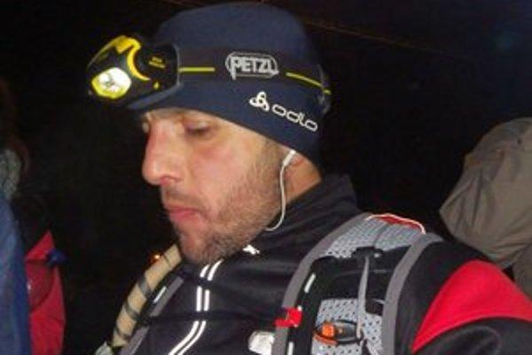 Tomáš Kačmarčík s výstrojom na trati.