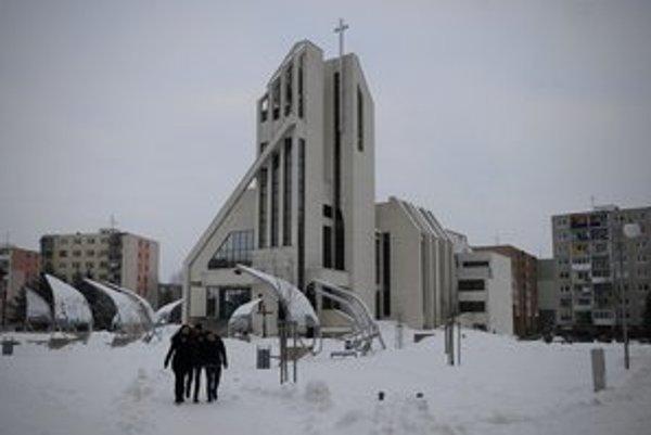 Aj tri zvony, ktoré sú súčasťou kostola, nesú názvy podľa svätcov.