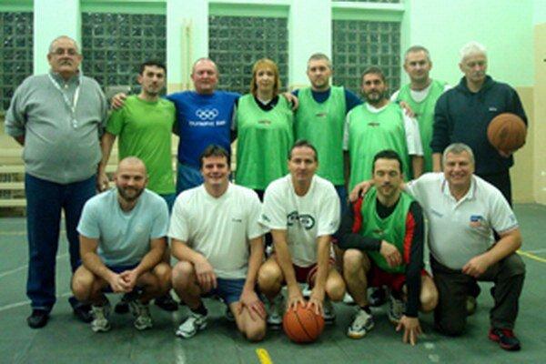 Bývalí žiaci školy sa so svojimi učiteľmi stretávajú pravidelne pri športe.