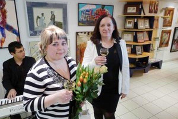 Viktoriya Krupskaya (vľavo). Výtvarníčka sa osobne zúčastnila vernisáže výstavy.