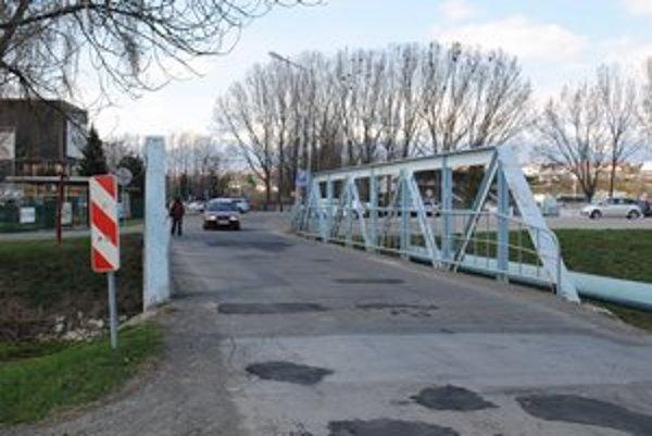 Most pri Aquacity. Asfalt na ňom pre kmitanie a vibrácie dlho nevydrží.