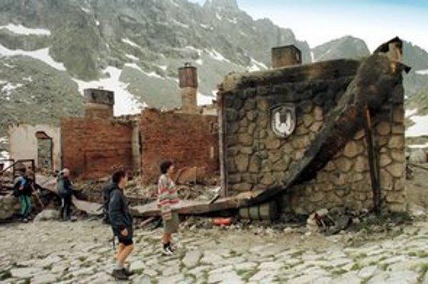 Zbojnícka chata po požiari v roku 1998.