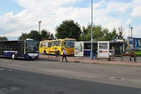 Autobusy MHD. Za cestu v autobuse MHD si od nového roka priplatíte.