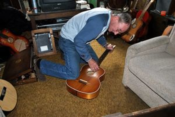 Domáca výroba. Všetky gitary vyrába Moštěk doma na kolene.