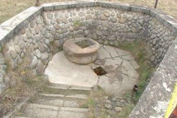 Obec má dva pramene. Toto je prvý z nich, ktorý obsahuje minerálnu vodu.