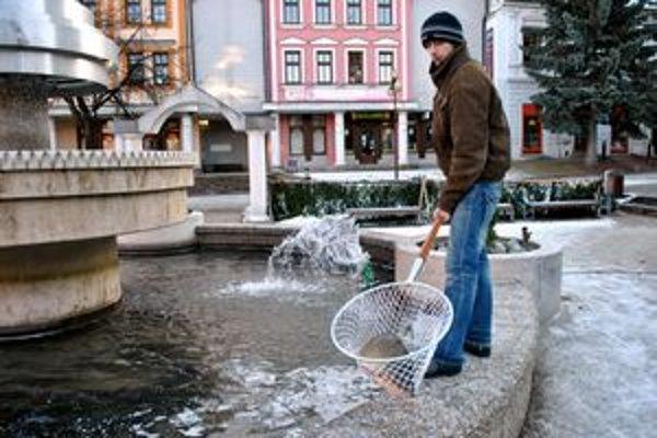 Matúš Šmelko loví kapry priamo z fontány.