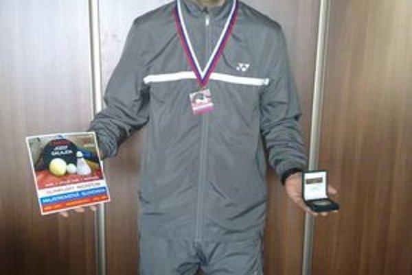 Jozef Galajda s najcennejšími medailami. Najviac si cení titul majstra Anglicka vo futsale a vicemajstra Slovenska v olympijskom racketlone.