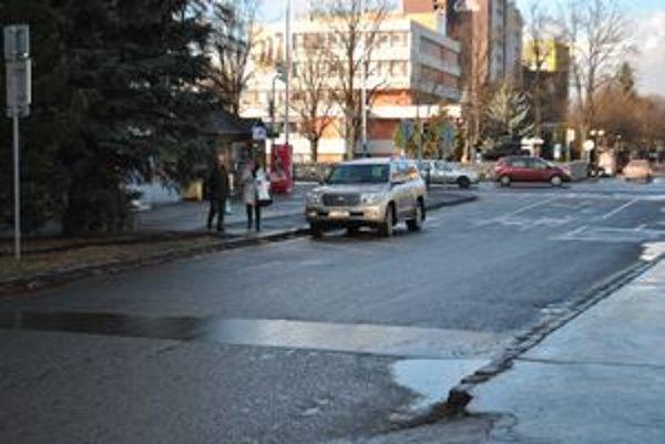 Anarchia s parkovaním. Ľudia v Poprade si riešia parkovanie po svojom.