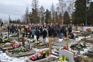 Celá rodina Polhošovcov. Pohrebu sa zúčastnilo približne 60 pozostalých, ďalší sa prizerali.