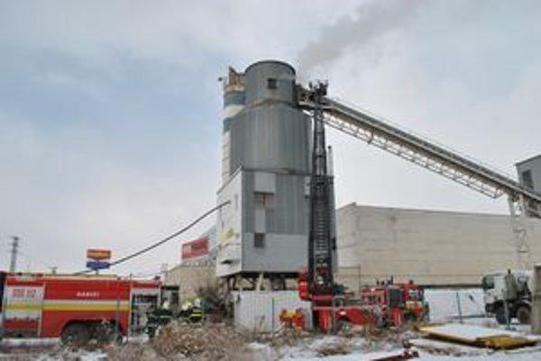 Horiaca strojovňa a dopravníkový pás betonárky pri zásahu hasičov.