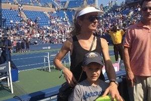 S mladším synom na tenise