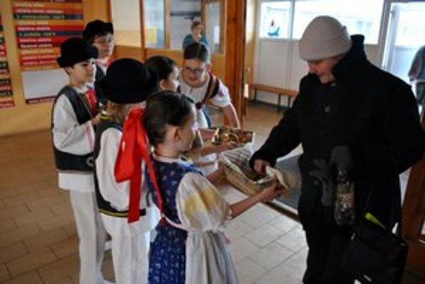 Vítanie chlebom a soľou. Deti z letničky ponúkali chlieb ráno pri vchode školy.