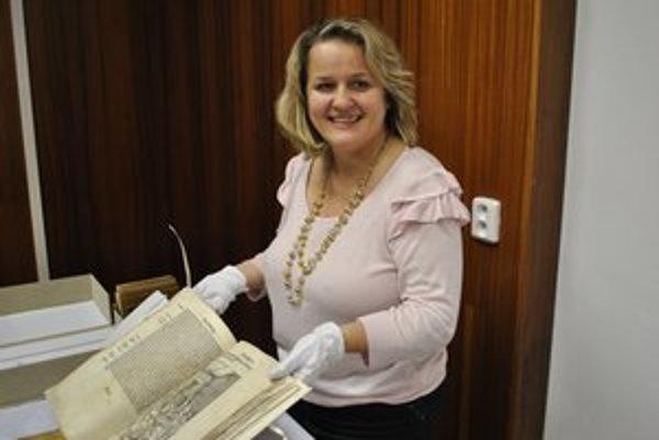 Jana Kušniráková. Knihovníčka má z kníh veľkú radosť.