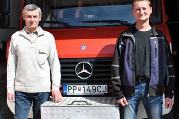 Hrdí hasiči. Vľavo Jaroslav Budinský, vpravo predseda Jozef Rákoci.