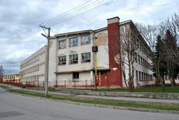 Základná škola. Obec chce budovu obnoviť.