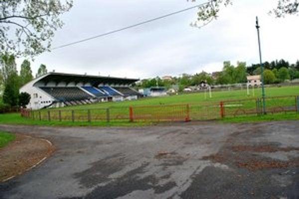 Futbalový štadión. Dnes vedenie Popradu rokuje o jeho predaji Slovenskému futbalovému zväzu.