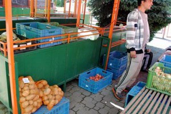 Popradská tržnica v centre. Predajcovia tu kupujúcim ponúkajú slovenské zemiaky.