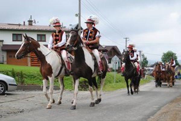 Goralský sprievod. Do areálu folklórnych slávností sa účinkujúci odviezli na konských povozoch.